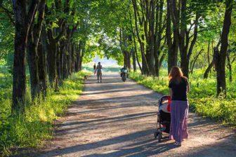Choďte na dlouhé procházky s kočárkem (10 tisíc kroků každý den znamená půl kila za týden dolů).