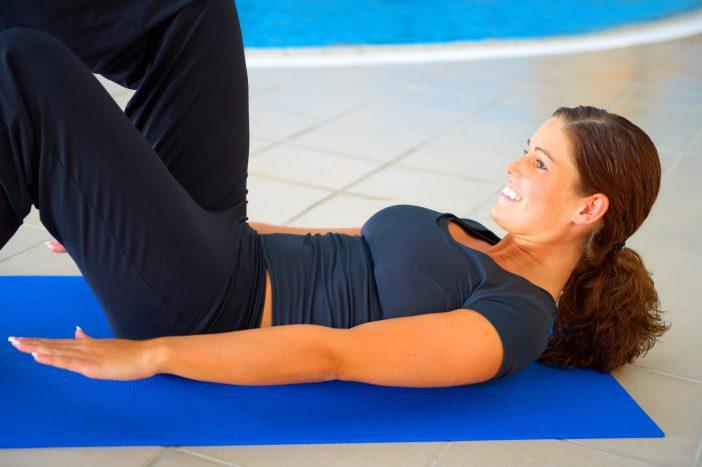 Vyberte si vhodné cviky na zpevnění povoleného břišního svalstva.