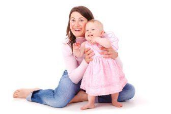 Na porodné je nárok, pokud jsou příjmy rodiny nižší než 23 544 Kč (otec + matka + 1 narozené dítě).