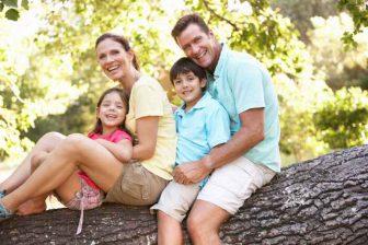 Pokud je průměrný příjem rodiny v rozhodném období nižší, než 2,4 násobek životního minima, je nárok na přídavky.