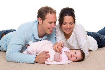 Životní minimum pro tuto rodinu s jedním malým dítětem je tedy 7710 Kč měsíčně