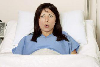 """Není nutné začínat """"panikařit"""", pokud je termín porodu opožděn, jen o jeden nebo dva dny. Těhotenství a narození miminka se neřídí zcela přesnými """"hodinkami""""."""