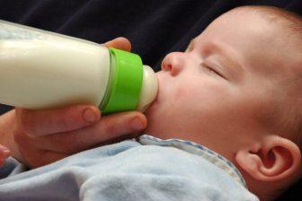 Odsáté mateřské mléko je možné skladovat v lednici, nebo je ho možné i zamrazit