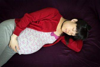 Mezi zakázaná jídla během těhotenství patří především různé výrobky z nepasterizovaného mléka.