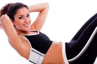 Cvičení na břicho po porodu je dobré nejenom s ohledem na váhu, ale především kvůli zpevnění svalstva.