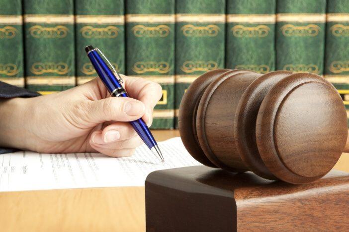 Zákon nestanovuje žádné minimální nebo maximální výživné. Konkrétní výše alimentů je plně v kompetenci rozhodujícího soudce.