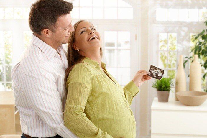 Aby měla těhotná studentka nárok na PPM, pak by musela splňovat stejné podmínky jako ostatní zaměstnané ženy.