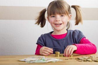 Nárok na zvýšené přídavky bude, pokud alespoň jeden z rodičů (společně posuzovaných osob), bude mít příjem nejméně 3410 Kč (příjem z výdělečné činnosti).