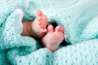 Pokud se narodí dvojčata, a jedná se současně o první a druhé dítě v rodině, pak může být nárok na porodné ve výši 23000 Kč.