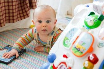 Rodičovský příspěvek spadá mezi sociální dávky (vyřizuje se na Úřadu práce).