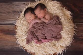 Nakojit jedno dítě, může být někdy složité. Co ale když máte dvojčata. To je pak dvojnásobná starost?