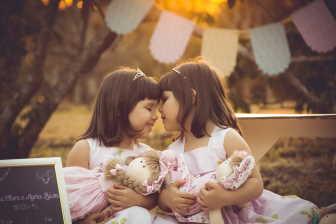 U jednovaječných dvojčat, je oplodněno jedno vajíčko, které se brzy po oplodnění rozdělí na dvě poloviny a z každé vznikne jedno dítě.