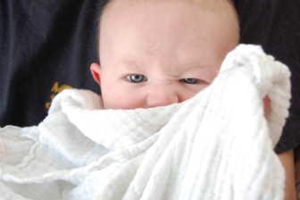 Zabavit novorozence, který nechce spát, není moc jednoduché. Pokud ho tedy nechcete pořád jenom nosit nebo chovat.