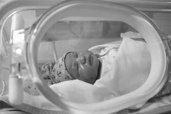 O předčasném porodu se hovoří, pokud se dítě narodí před ukončením 37 týdnem.