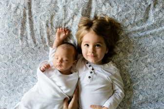 Zajímalo by vás, co udělat, abyste svoje první dítě připravila na příchod toho druhého?
