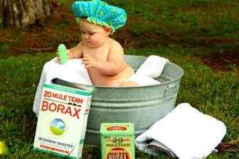 Koupání miminka v koupacím kyblíku, je velmi dobrá alternativa ke klasické dětské vaničce.