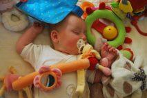 Na porodné je nárok, pokud průměrný měsíční příjem překračuje 2,7 životního minima. U přídavků na dítě je to stejné. U OSVČ, se jako příjem započítá minimálně 17 000 Kč (v roce 2020). Nebo 8500 Kč u OSVČ vedlejších (v roce 2020).