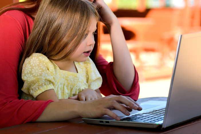 <span>Rodičovská dovolená končí nejpozději v den, kdy má dítě 3 narozeniny. Je ale možné se zaměstnavatelem domluvit i kratší délku rodičovské. Po rodičovské můžete požádat v zaměstnání o neplacené volno. </span>