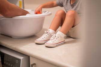 To, jak držet dítě při koupání, záleží na tom, zda ho budete koupat ve vaničce nebo v koupacím kyblíku.