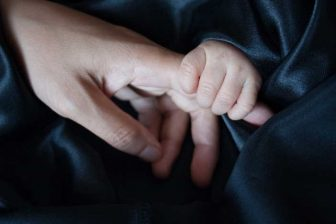 Otec dítěte (tatínek) má po narození dítěte nárok na 7 dní placené otcovské dovolené. Nárok je na ni během prvních 6 týdnů po porodu. Výpočet otcovské dovolené je stejný, jako výpočet mateřské (peněžité pomoci v mateřství). I otcovská je ve výši 70% z redukovaného denního vyměřovacího základu.