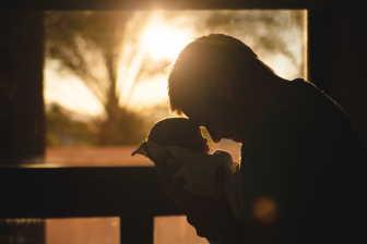 Na otcovskou dovolenou má nárok muž (tatínek), po narození dítěte. Otcovská dovolená je placené volno, v délce 7 kalendářních dní.