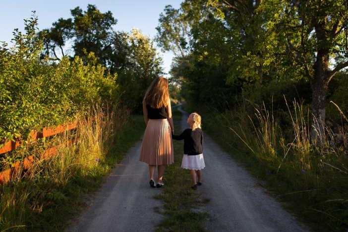 <span>Exekuce je možná i na rodičovský příspěvek. Postup srážek z rodičovské je stejný, jako u exekuce na plat. Vzhledem k obvyklé výši rodičovské, ale často nemůže exekutor nic zabavit. Nezabavitelné minimum pro matku a dítě je 10 362 Kč (při více dětech, nebo pokud máte manžela je to i více).</span>