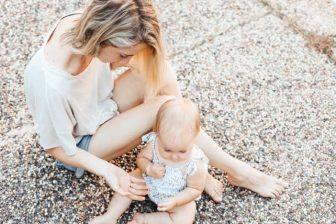 Během doby, kdy čerpáte rodičovský příspěvek, můžete bez omezení pracovat (na HPP, DPP nebo DPČ) nebo i podnikat. Na ošetřovné máte případně nárok až v době, kdy nejste na rodičovské dovolené a pracujete v zaměstnání.