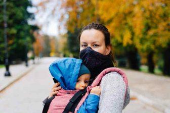 Během podzimní epidemie koronaviru (COVID), má řada OSVČ značně omezené možnosti podnikání. Proto vláda schválila podporu (kompenzační bonus) pro podnikatele zasažené epidemií. Na tuto podporu může mít nárok i OSVČ na rodičovské. Pouze ale, pokud bude splňovat všechny podmínky (které jsou poměrně přísné). Za říjen a listopad 2020, může být nárok na podporu až 24 000 Kč.