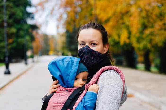 <span>Během podzimní epidemie koronaviru (COVID), má řada OSVČ značně omezené možnosti podnikání. Proto vláda schválila podporu (kompenzační bonus) pro podnikatele zasažené epidemií. Na tuto podporu může mít nárok i OSVČ na rodičovské. Pouze ale, pokud bude splňovat všechny podmínky (které jsou poměrně přísné). Za říjen a listopad 2020, může být nárok na podporu až 24 000 Kč.</span>