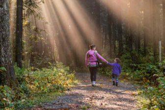 Během rodičovské dovolené, nebo během doby, kdy dostáváte rodičovský příspěvek, za vás zdravotní pojištění platí stát bez dalších omezení. Stát může platit zdravotní pojištění i po skončení rodičovské (za osobu v domácnosti, která pečuje o dítě). Pak jsou zde ale určitá omezení (příjem maximálně do 10 000 Kč, dítě může být ve školce maximálně 4 hodiny denně).