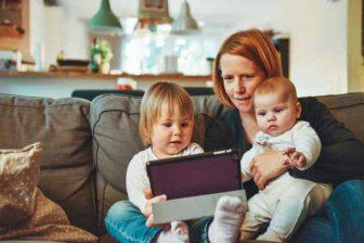 Rodičovský příspěvek, který dostáváte během rodičovské dovolené, nečekají v roce 2021 žádné velké změny. I v roce 2021 platí celková částka 300 000 Kč na jedno dítě (nebo 450 000 Kč na dvojčata). Nezmění se příliš ani podmínky, pro maximální měsíční částku (a tím i délku výplaty rodičovské).