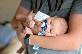 Po porodu, má muž (otec dítěte) nárok na 7 dní placené otcovské dovolené. Nárok na dávku otcovské poporodní péče, je během prvních 6 týdnů po porodu. Výpočet otcovské je podobný, jako výpočet mateřské. U zaměstnance s hrubou mzdou do cca 36 000 Kč je to 70% z hrubé mzdy.